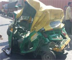 ट्रक की जोरदार टक्कर से दूर तक घिसटता चला गया अॉटो, 3 की दर्दनाक मौत