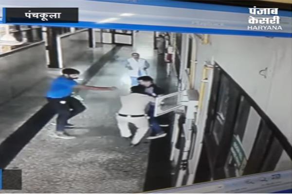 पुलिस पर हमला कर अस्पताल से कैदी भगाने वाला आरोपी है पुलिस का बेटा