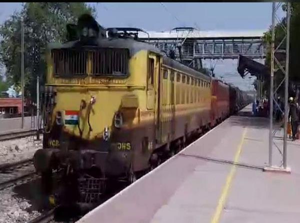 परीक्षा में फेल होने पर छात्र ने की आत्महत्या, रेलवे ट्रैक पर मिला शव