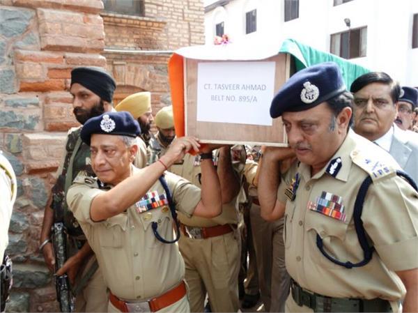 डीजीपी ने खुद दिया शहीदों की अर्थी को कंधा, अधिकारियों ने दी अश्रुपूर्ण श्रद्धांजलि