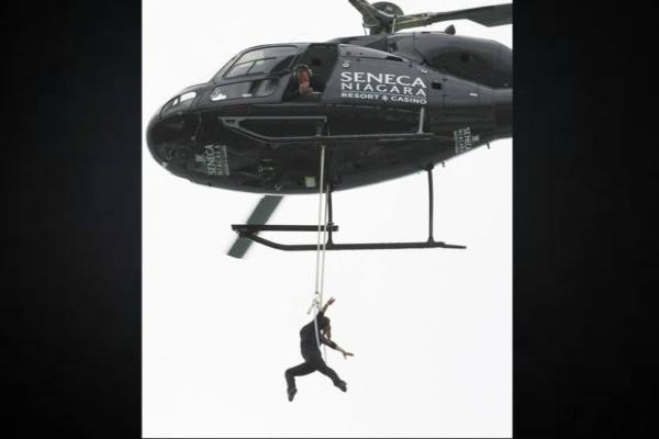 दांतों से रस्सी पकड़कर हेलिकॉप्टर से झूल गई स्टंट वूमन, देखें वीडियो