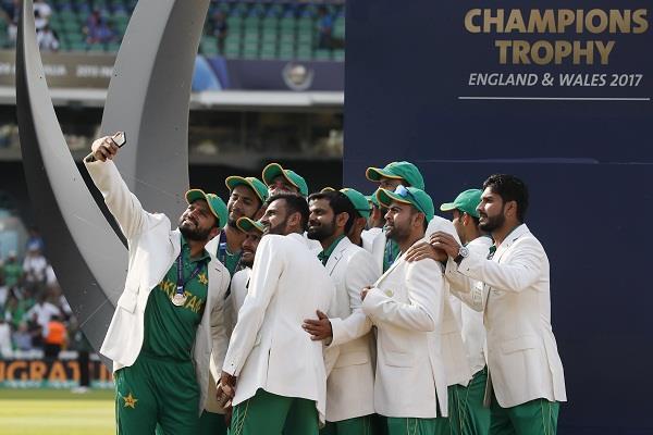 जीत के बाद पाकिस्तानी खिलाडिय़ों ने टी शर्ट उतारकर किया डांस