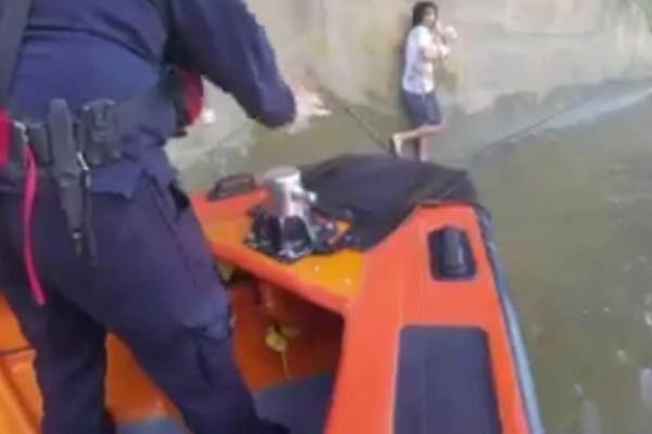 कुत्ते को बचाने के लिए नदी में कूद गया युवक, वीडियो में देखें कैसे बची जान