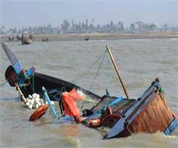 गंगा नदी में नाव पलटने से 2 की दर्दनाक मौत, 12 की बचाई जान