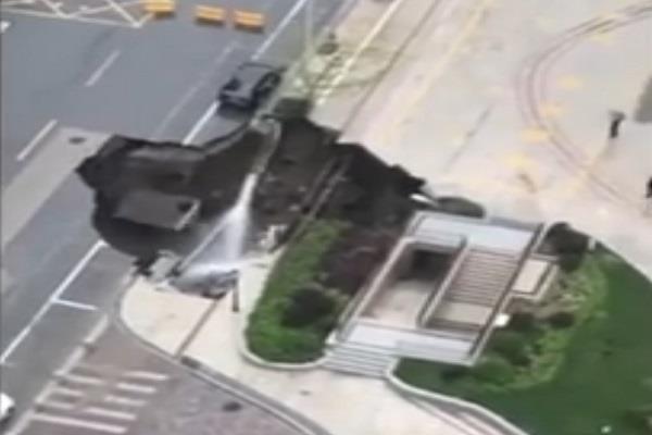 देखते ही देखते जमीन में धंस गई कार, देखें चौंका देने वाला Video