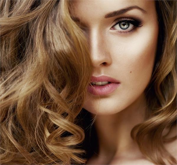 तपती गर्मी में इस तरह करें Colored Hair की देखभाल