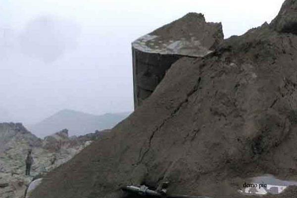 मिट्टी के पहाड़ के धसकने से तीन लोगों की मौत, दो घायल