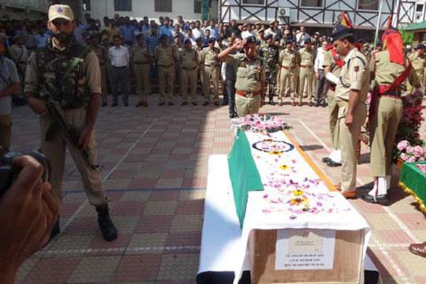 शहीद पुलिस कर्मियों को श्रद्धांजलि देने नहीं पहुंचा कोई भी नेता, लोगों में रोष