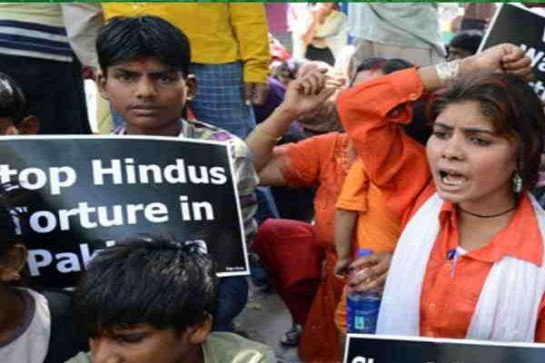 पाक में 16 साल की हिंदू लड़की का अपहरण कर जबरन धर्मांतरण, हंगामा
