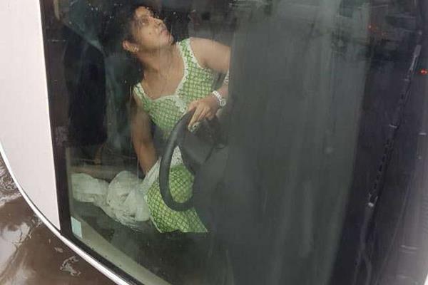 बारिश में तेज रफ्तार कार पलटी, युवती की ऐसे बचाई गई जान