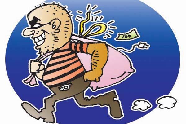 चोरों ने घरों के ताले तोड़ चुराई नकदी व अभूषण
