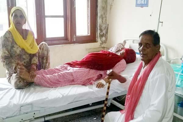 गांव में अचानक आया करंट, 2 महिलाएं झुलसीं, बैल की मौत