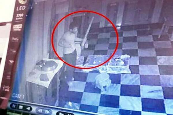 चोरों ने भगवान के घर को बनाया निशाना, CCTV में कैद हुई वारदात