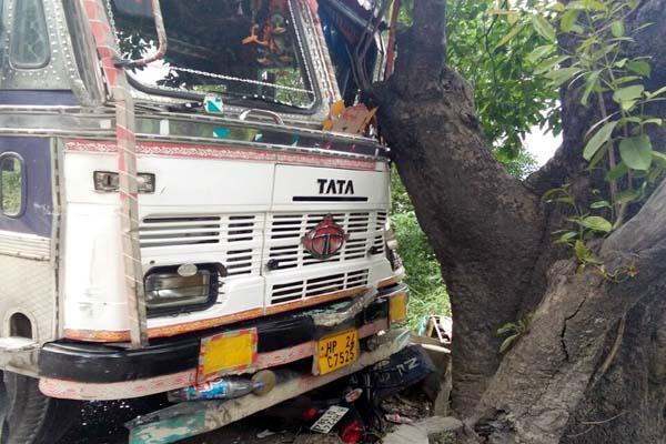 बिना चालक के दौड़ा ट्रक, 3 वाहनों को मारी टक्कर