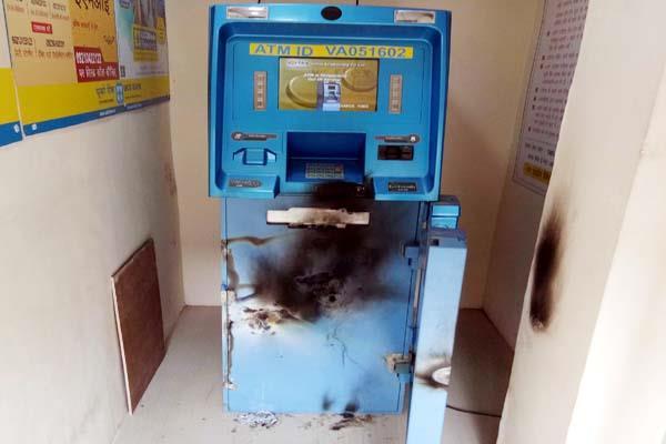 चोरो ने तोड़ा ATM., ऐसे लुटने से बचा कैश