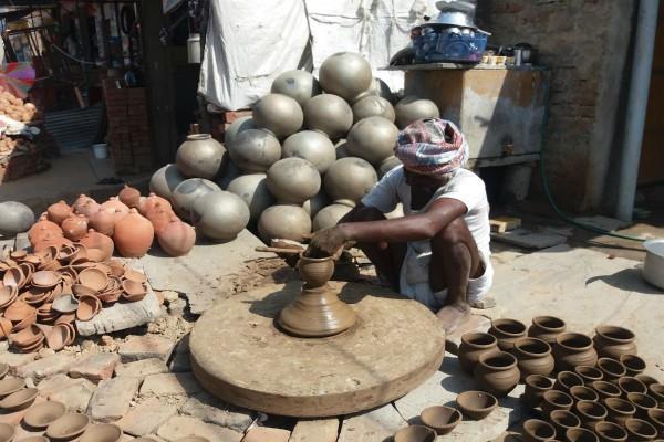 परिवार पर सदा बरसेगा धन, घर ले आएं मिट्टी से बना ये सामान