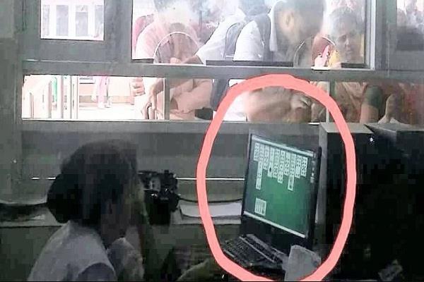फोटो वायरल: पर्ची बनाने के लिए काउंटर पर मरीजों की लाइन, अंदर कंप्यूटर पर ताश का खेल