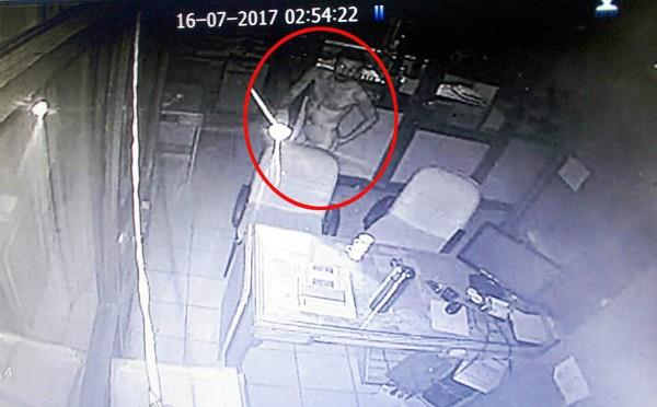 SBI के 17.80 लाख चोरी होने से बचे,करीब 1 घंटे तक घूमता रहा चोर