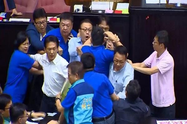 ताइवान की संसद में हंगामा, फेंकी कुर्सियां