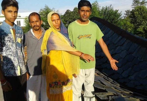 बरसात से गरीब परिवार का आशियाना ढहा