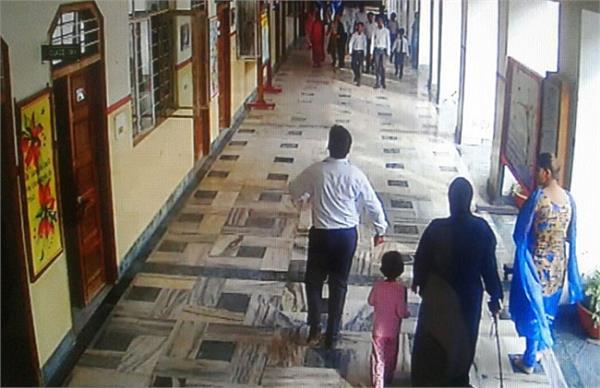 BSP नेता की बेटी के कहर से सहमा स्कूल, छात्राओं और अध्यापकों को चाबुक से पीटा