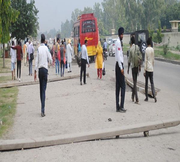बिजली के खम्भों के सहारे बसों को रुकने से रोक रही है ट्रैफिक पुलिस
