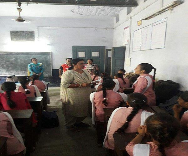 जिला शिक्षा अधिकारी ने दी सरकारी स्कूलों में दबिश