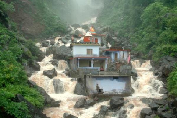PICS: चमत्कार, बरसाती उफान भी कुछ नहीं बिगाड़ पाता नाले में बने इस मंदिर का