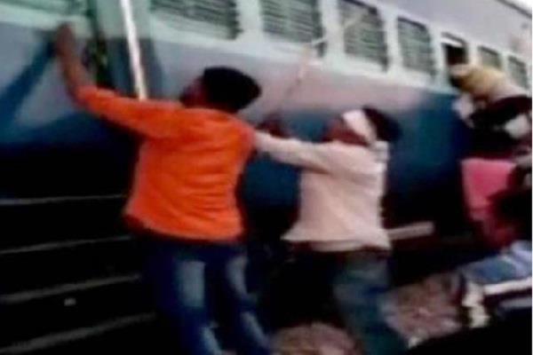 यूपीः चलती ट्रेन में मुस्लिम परिवार पर टूटा भीड़ का कहर, रॉड से की पिटाई, लूटे नकदी-जेवर