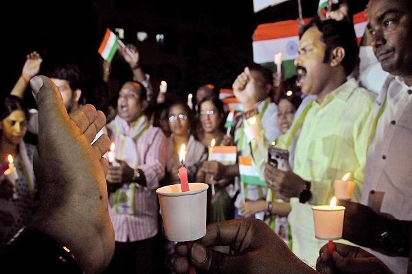अमरनाथ यात्रियों पर हमले के विरोध में सड़कों पर दिखा लोगों का आक्रोश