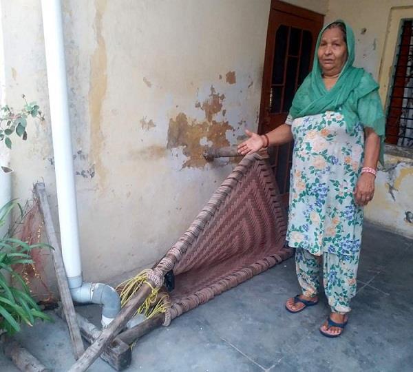 सांड ने सोई वृद्ध महिला की चारपाई को उठाकर पटका, बाल-बाल बची