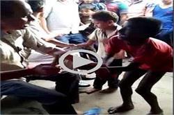 मासूमों की पिटाई का वीडियो हुआ वायरल, 2 पुलिसकर्मी सस्पेंड