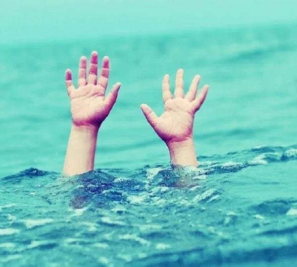 खेलते समय पानी के गड्ढे में जा गिरी बच्ची, मौत