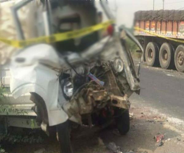 ट्रक की जोरदार टक्कर से गाड़ी के उड़े परखच्चे, 3 की दर्दनाक मौत