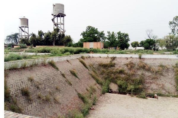 प्राथमिक सुविधाओं से वंचित इस गांव की सरकार कब लेगी सुध