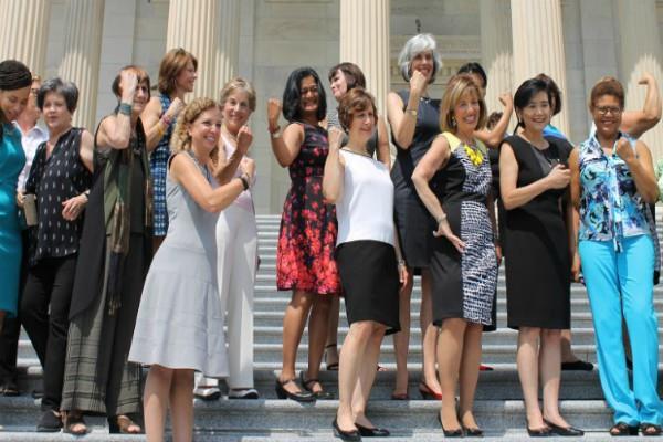 खुले बाजू के अधिकार के लिए अमरीकी महिला सांसदों का प्रदर्शन