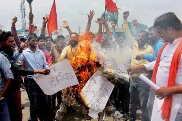 अमरनाथ यात्रा : आतंकी हमले के विरोध में साम्बा में दुकानें रहीं बंद, राजमार्ग पर चक्का जाम