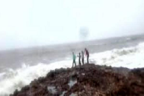 जानलेवा साबित हुआ सेल्फी का शौक, समुद्र में बहे 3 लोग