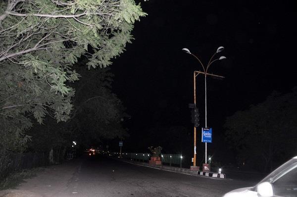 सूर्यास्त होते ही अंधेरे में डूब जाता है सी.एम. का शहर