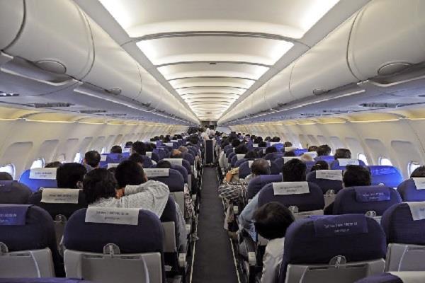 DGCA का निर्देश- यात्रियों को दिए जाएं हिंदी अखबार और मैगजीन