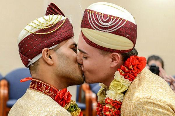 इस देश में पहले समलैंगिक जोड़े ने रचाई शादी(Pics)