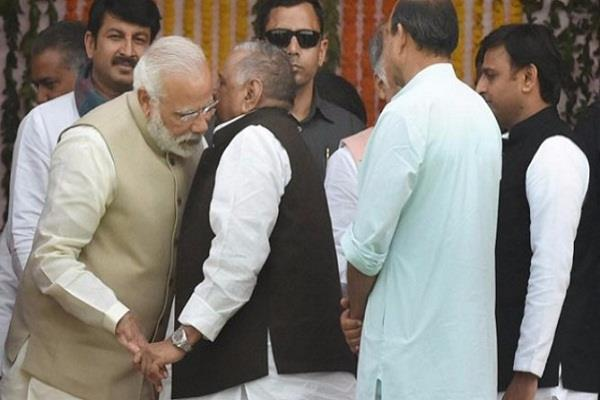 एक बार फिर PM मोदी के कान में कुछ कह गए मुलायम