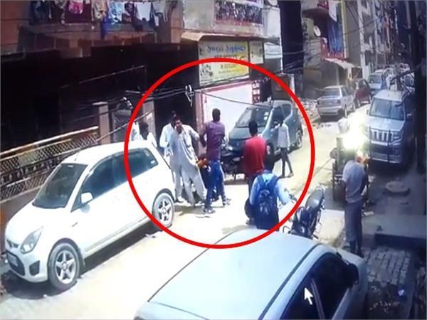 गाजियाबाद में दिनदहाड़े कारोबारी का अपहरण, घटना cctv में कैद
