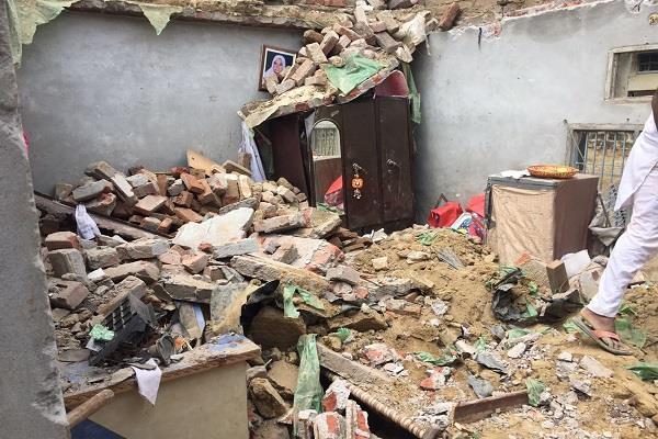 दर्दनाक हादसाःमकान की छत गिरने से एक ही परिवार के 4 व्यक्ति घायल