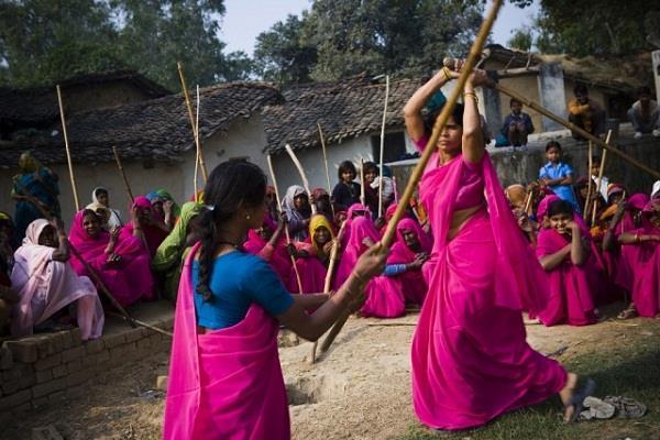 मिर्जापुर के नक्सल प्रभावित गांवों में पुलिस तैयार कर रही गुलाबी गैंग