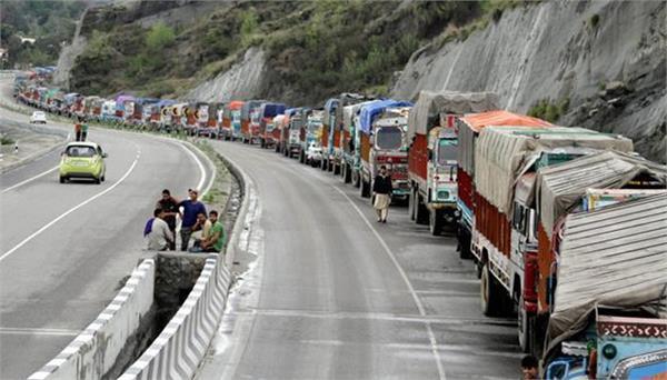 लैंडस्लाइड से थमी 300 किलोमीटर लंबे जम्मू-श्रीनगर नेशनल हाईवे की रफ्तार
