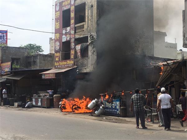 ढाबे में सिलैंडर को लगी भयानक आग, तस्वीरों में देखें कैसे उठी लपटें