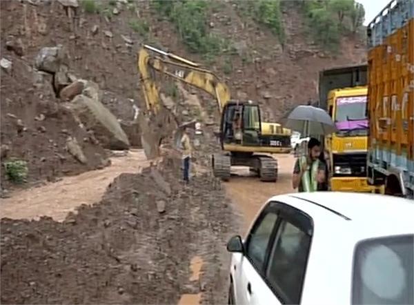 जम्मू-श्रीनगर राष्ट्रीय राजमार्ग भूस्खलन के कारण बंद, हजारों फंसे