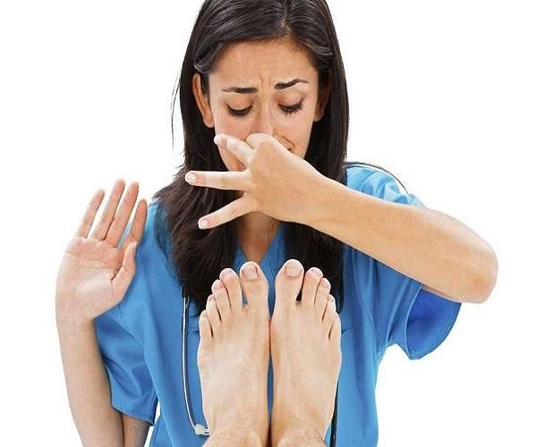 पैरों की बदबू से छुटकारा पाने के असरदार उपाय