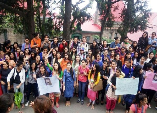 कोटखाई रेप एंड मर्डर केस में सड़कों पर उतरी SFI-ABVP, कॉलेजों में किया कक्षाओं का बहिष्कार